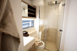 babac-22-mid-port-cabin-bathroom-low